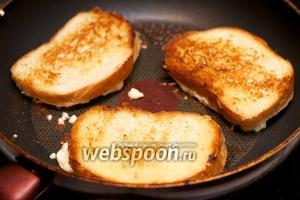 За это время яйцо немного «схватится» и хлеб можно переворачивать.