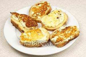 Жарить начинкой вниз 2-3 минуты, следить чтобы бутерброды с брынзой и яйцом не подгорели.