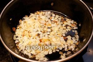 В сковороде разогреть 2-3 столовые ложки растительного масла и поджарить лук до золотистого цвета.