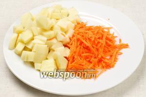 Картофель порезать кубиками, а морковь натереть на крупной тёрке.