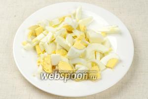 Яйца отварить вкрутую (10 минут с момента закипания воды) и порезать соломкой.