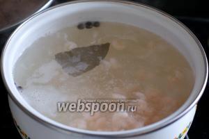 В кипящую воду опустить креветки и варить 2-3 минуты.