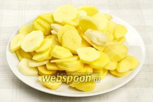 Картофель очистить и порезать кружочками толщиной 2-3 мм.