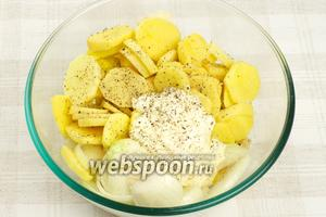В большой ёмкости соединить лук, картофель и 3-4 столовые ложки майонеза.