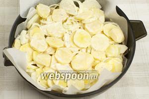 На мясо выложить смесь лука и картофеля.