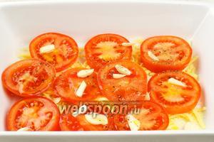 Форму для выпекания смазать сливочным маслом, присыпать немного сыром, выложить на него помидоры и чеснок, добавить щепотку соли и чёрного перца.