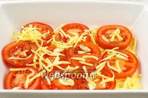 Помидоры сверху присыпать сыром и взбрызнуть оливковым маслом.  Поставить в разогретую духовку до 190 °С и выпекать 15-20 минут.