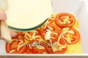 Затем достать форму и выложить яично-сырную массу.