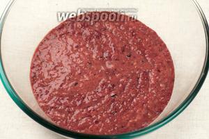 Для приготовления коржей для слоеного торта из куриной печени, нам нужно приготовить тесто, печень (0,5 кг) помыть, порезать и пропустить через мясорубку. Также можно использовать блендер.