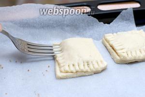 Края печенья соединить, прижимая их вилкой. Давить нужно хорошо, чтобы тесто склеилось и начинка «не выбегала» во время выпекания.