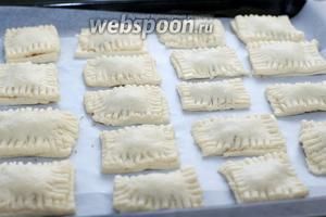 Выкладывайте печенье на противень так, чтобы края не касались друг друга — получается 18-20 штук. Сверху можно присыпать сахаром, который остался от начинки.