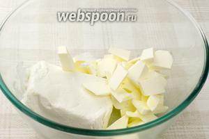 Сливочное масло комнатной температуры порубить на куски и соединить с творогом.