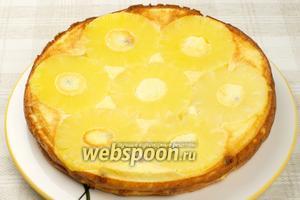 Остудите готовую творожную запеканку с ананасом 5-10 минут, а затем аккуратно, чтобы не разломать, переверните на блюдо.