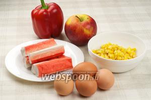 Продукты для приготовления крабового салата. Яблоко должно быть кисло-сладким. Кукурузу перед употреблением откинуть на дуршлаг, чтобы удалить лишний сок.