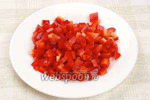 Сладкий перец помыть, удалить семена и порезать кубиками.