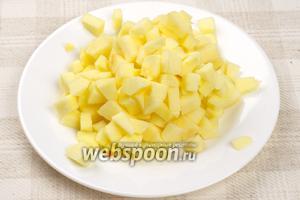 1 большое яблоко очистить и порезать на кубики, сбрызнуть  лимоном, чтобы оно не потемнело.