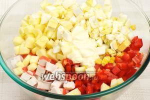 Соединить крабовые палочки, кукурузу, яйца, сладкий перец, яблоко и добавить 2-3 столовые ложки майонеза.