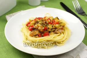 Спагетти c беконом и овощами