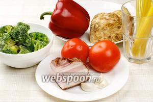 Для приготовления спагетти с овощным соусом и беконом нам понадобятся сладкий перец, сельдерей, помидоры, брокколи, бекон и специи.