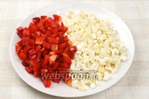 Сладкий перец очистить от семян и порезать кубиками. 2-3 корешка сельдерея очистить и тоже нарезать кубиками.