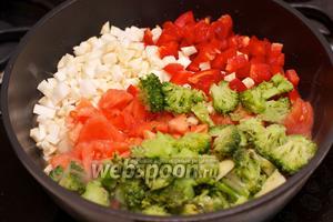 Добавить к бекону все овощи — перец, сельдерей, помидоры и чеснок, хорошо перемешать. Жарить на большом огне 5-7 минут.