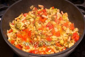 Добавить в овощи половину половника воды из кастрюли с макаронами, добавить соль, перец по вкусу и готовить под крышкой 10-15 минут.  Подавать спагетти выложив овощи сверху.