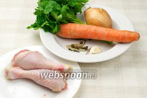 Для куриного бульона нужны морковь, лук, чеснок, зелень и специи. Вместо куриных ножек можно взять крылышки или грудку, или любую другую часть курицы весом до 400 грамм.