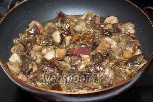 В сковороде хорошо разогреть 3 столовые ложки оливкового масла и добавить грибы (если грибы крупные, то предварительно их порезать), жарить 4-5 минут.
