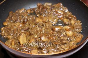 Добавить чеснок, соль и чёрный молотый перец — жарить ещё 6-8 минут, затем снять с огня.