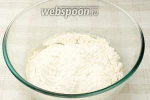 Когда дрожжи растворятся, добавить соль, сахарную пудру и муку.