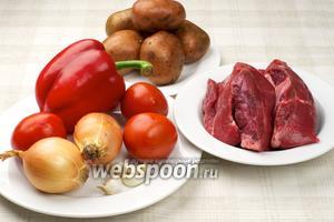 Основные продукты для приготовления гуляша из говядины — сладкий перец, репчатый лук, помидоры, чеснок, картофель и специи.