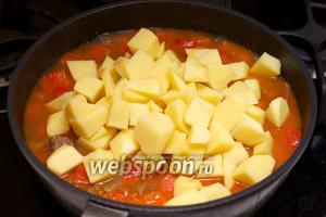 Когда мясо будет мягким, добавить картофель.