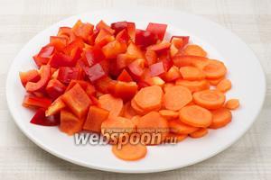 Морковку очистить и порезать кружочками, сладкий перец кубиками.