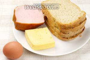 Для приготовления начинки для горячих бутербродов понадобится ветчина или другое готовое мясо, твёрдый сыр, яйцо и пара ложек майонеза.