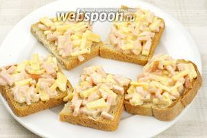 Хлеб порезать на куски и каждый смазать приготовленной начинкой.