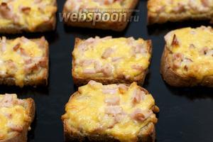 Выложить бутерброды на противень и запекать в разогретой до 180 С° духовке 10-15 минут.