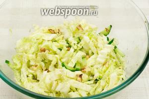 Хорошо перемешать салат из пекинки с орехами и добавить щепотку соли по вкусу.