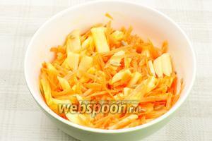 Соединить яблоко, морковь, добавить 2-3 столовые ложки оливкового масла и 2 столовые ложки очищенных семечек подсолнуха — всё хорошо перемешать.