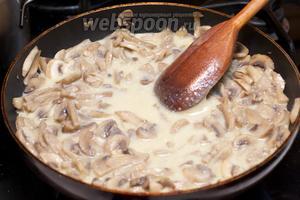 Затем добавить 1-2 столовые ложки муки, сливки, перец и соль по вкусу. Готовить под крышкой 10-15 минут.