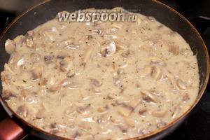 Выложить пасту на тарелки, сверху грибы с соусом, присыпать всё чёрным свежемолотым перцем и пармезаном.