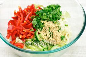 Соединить капусту, огурец, перец и зелень.