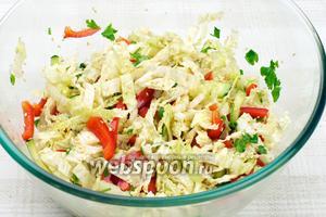 Добавить в салат из пекинской капусты кунжут, соевый соус и оливковое масло, хорошо всё перемешать.