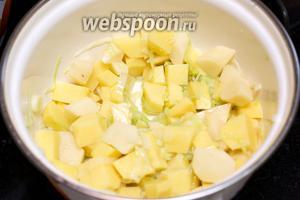 Добавить картофель к луку и перемешать.