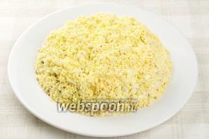 Верхний слой салата — желтки, равномерно присыпать желтками и поставить в холодильник минимум на 2 часа, перед подачей украсить веточками петрушки например.