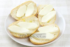 Выложить на хлеб куски сыра.