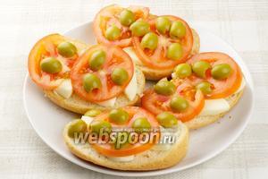 Сверху кружочки помидора и половинки оливок.