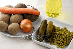 Продукты для приготовления винегрета — картофель, морковь, лук, свёкла, солёные огурцы, горошек и растительное масло.