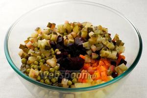 Соединить порезанный картофель, морковку, лук, свёклу, огурцы и горошек.