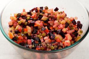 Добавить 3-4 столовые ложки растительного масла и щепотку соли, хорошо перемешать салат.