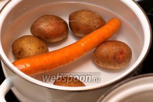 4-5 средних картофелины и морковку хорошо помыть щёткой, залить холодной водой и поставить варить до готовности 20-25 минут.